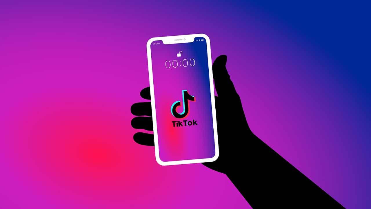 smartphone in mano col logo tiktok